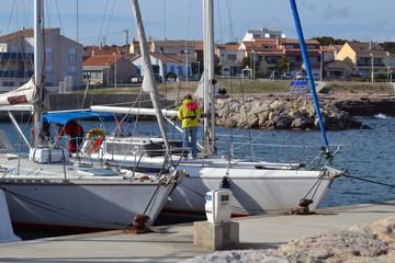 à bord d'un voilier au port de Carro