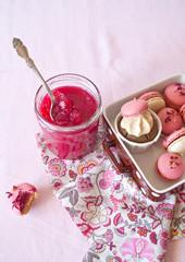 Gelatina di melograno con macarons e cupcake
