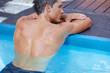 Rücken eines Mannes im Schwimmbad