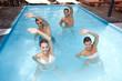 Gruppe macht Aquagymnastik