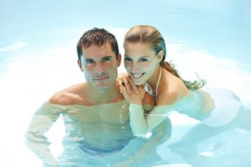 Paar badet gemeinsam im Wasser