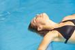 Schwebende Frau im Pool