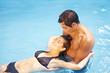 Paar badet gemeinsam im Pool