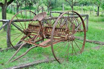 Antico carro rastrella fieno