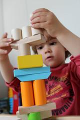 enfant jouant à empiler des formes
