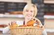 blonde verkäuferin in der bäckerei