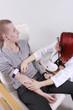 Frau Dokotr nimmt Blut ab