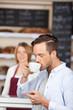 mann genießt kaffee in der bäckerei