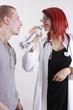 Patient und Ärztin gehen das Thema Alkohol durch