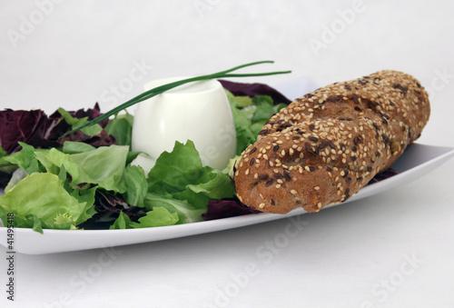 Frischkäse mit Salat