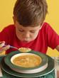 Niño comiendo sopa con fideos, niño almorzando.