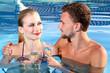 Paar am Pool