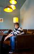 jeune assis dans un fauteuil en cuir