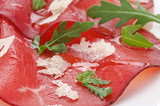 Bresaola con rucola e scaglie di parmigiano, close-up