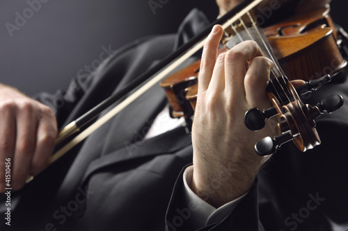 the violinist: close up