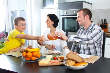 Junge Familie sitz am Eßtisch