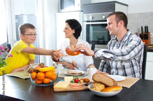 junge familie sitz am e tisch von wildworx lizenzfreies foto 41511815 auf. Black Bedroom Furniture Sets. Home Design Ideas