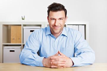 Aufmerksamer Geschäftsmann im Büro