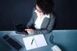 frau im büro arbeitet mit touchpad