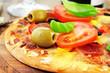 Pizza mit Salami und Tomaten