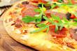 Pizza mit Salami und Rucola