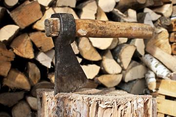 ascia e ceppo per spaccare legna