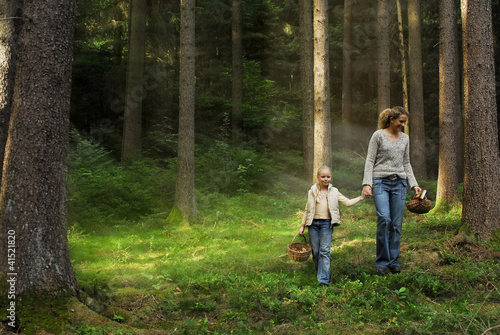 canvas print picture Mutter und Tochter beim Pilze sammeln