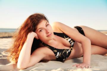 Junge Frau am Strand im Bikini