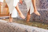 Fototapety Mann und Frau beim Wellness Wassertreten