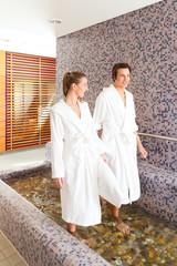 Mann und Frau beim Wellness Wassertreten