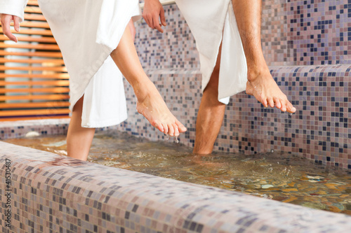 Mann und Frau beim Wellness Wassertreten - 41530487
