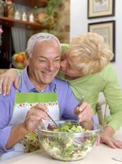 Abuelos en una cocina,pareja adulta cocinando.