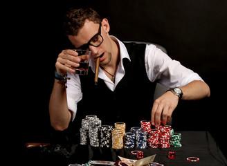 Mann beim Pokern