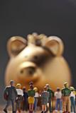 Eine Gruppe Personen vor einem goldenen Sparschwein