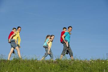 Familie beim wandern in der Natur.