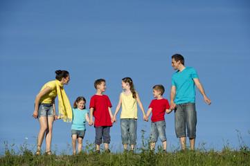 Familie beim Wandern in der Natur