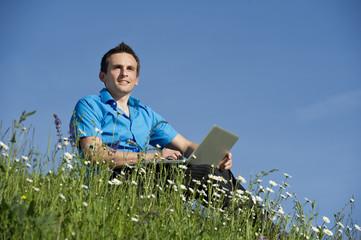 Geschäftsmann Arbeit mit Laptop in der Natur