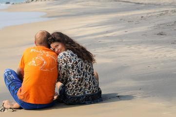 Молодая семейная пара на пляже