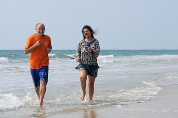 Влюбленная пара бежит по воде