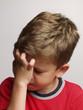 Retrato de un niño agotado,triste.