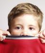 Retrato de un niño apenado.