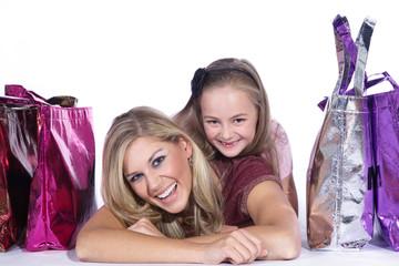 Mutter und Tochter beim online shoppen