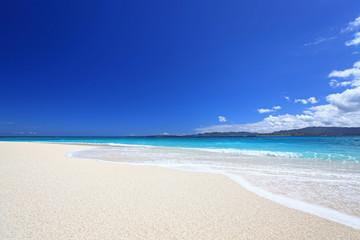 南国の綺麗なビーチと夏空