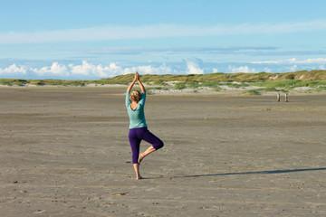 Yogaübung am weiten Strand
