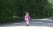dziecko idzie leśną drogą