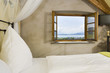 Schlafzimmer mit geöffnetem Fenster