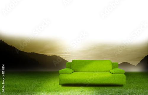 gr ne couch auf der wiese stockfotos und lizenzfreie. Black Bedroom Furniture Sets. Home Design Ideas