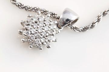 Gioiello in oro bianco con diamanti