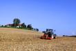 Landwirt mit Traktor auf Feld