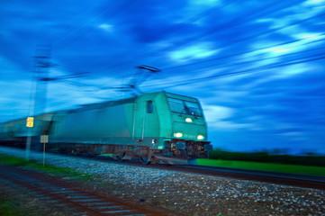 Güterzug in der Nacht. Nachtzug